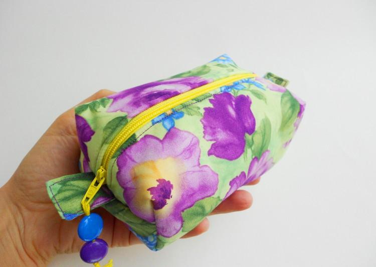 Trousse verde con fiori viola e blu